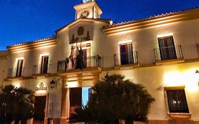 El Ayuntamiento de Cañete de las Torres lucirá con esplendor en horario nocturno
