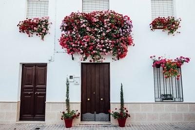balcón decorado con flores